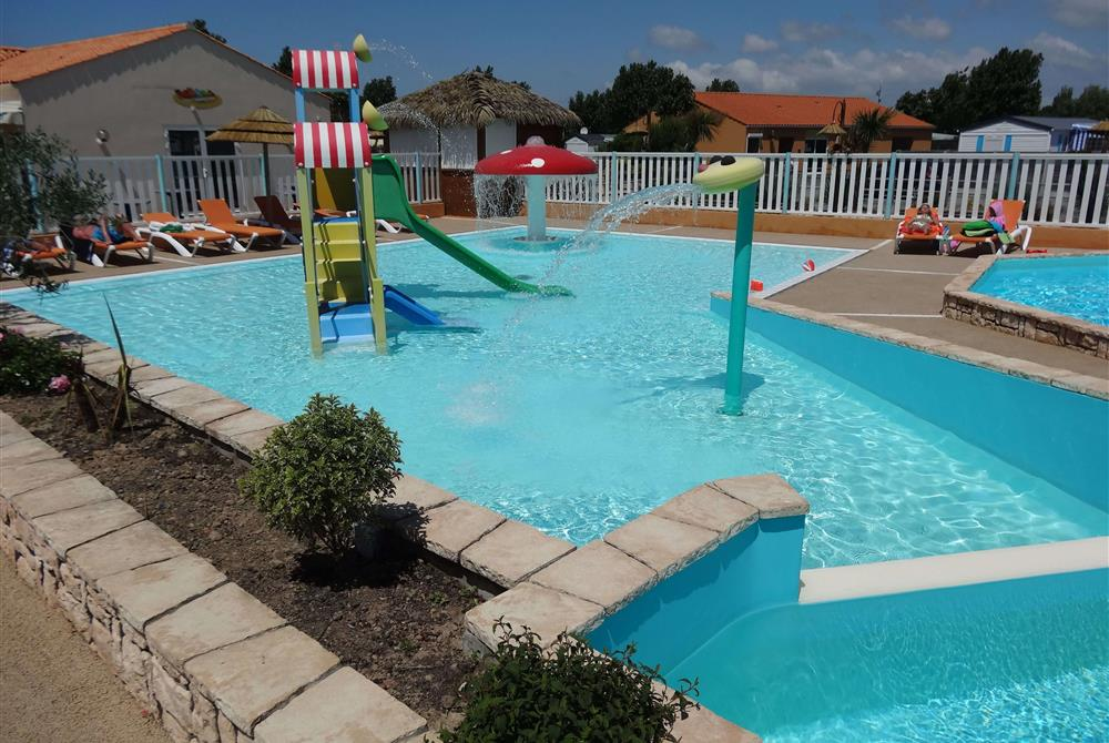 L 39 espace aquatique camping avec piscine couverte en for Camping avec piscine en vendee