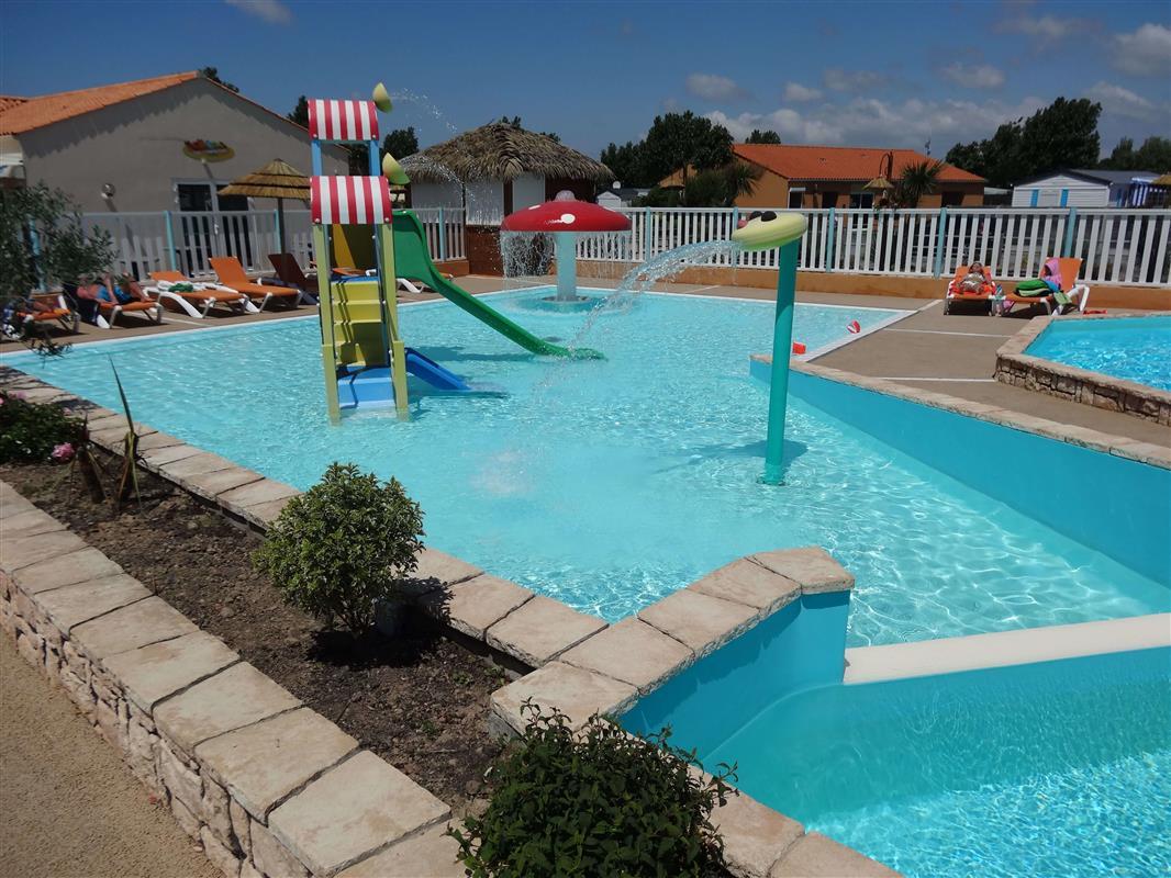 L 39 espace aquatique camping avec piscine couverte en for Piscine saint hilaire de riez