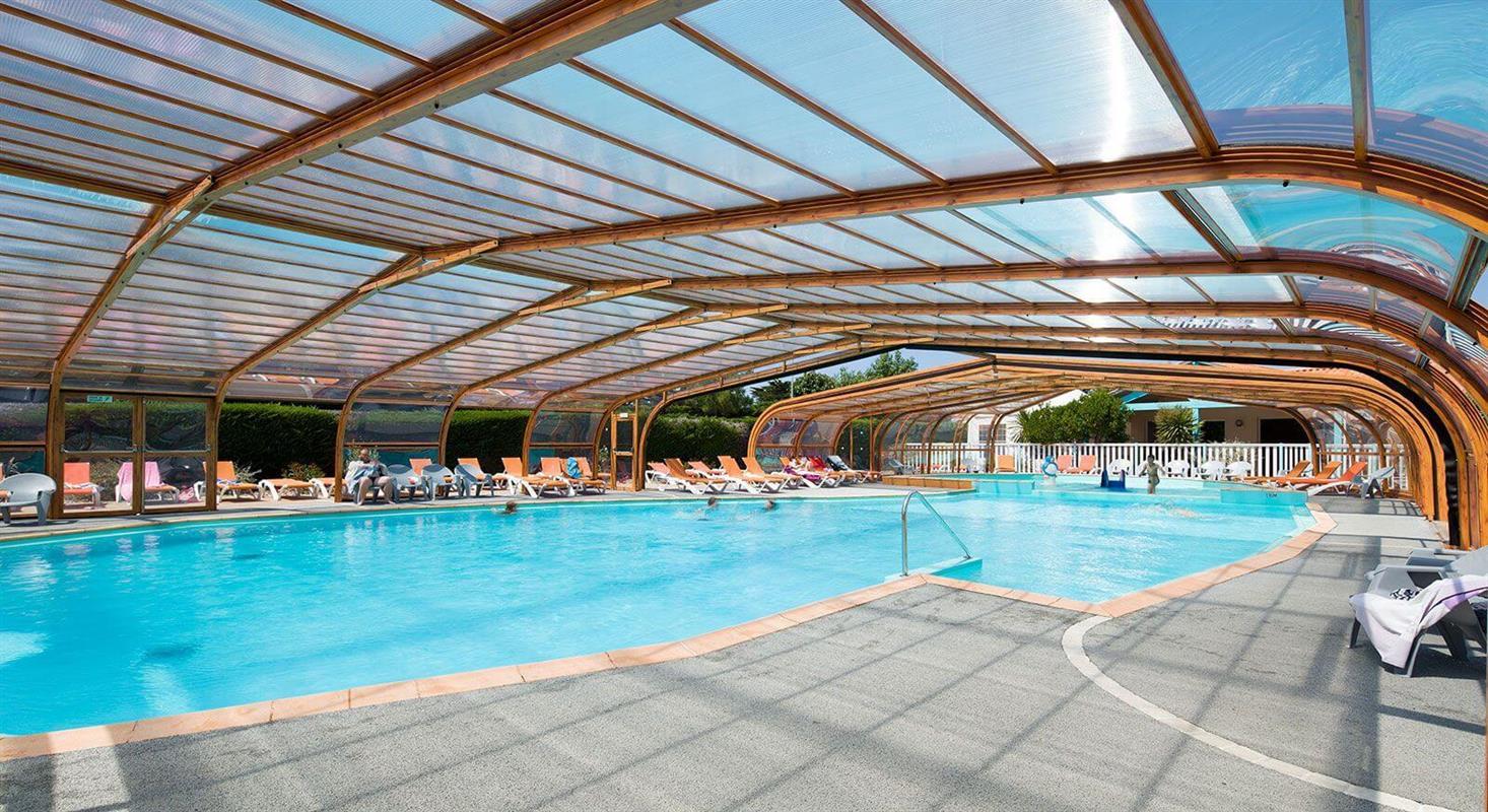 Camping avec piscine couverte en vend e espace aquatique for Village vacances vendee avec piscine